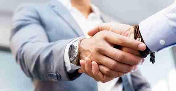 aperto de mãos entre dois homens