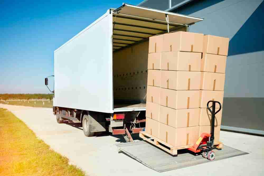 caminhão sendo abastecido por carga