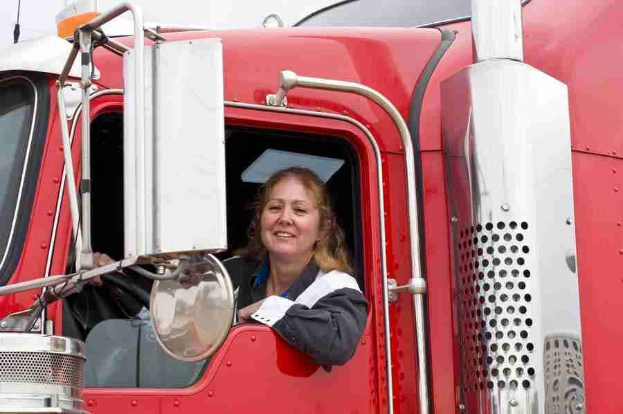 Mulher dirigindo caminhão após a capacitação de motorista