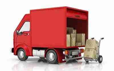 Coleta de mercadoria sendo feita por caminhão vermelho